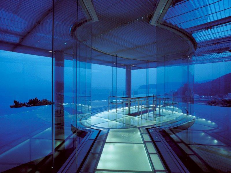 Плаващата стъклена къща