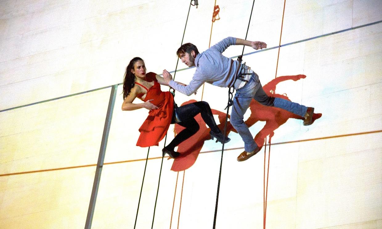 Танцово шоу върху фасадата на НДК