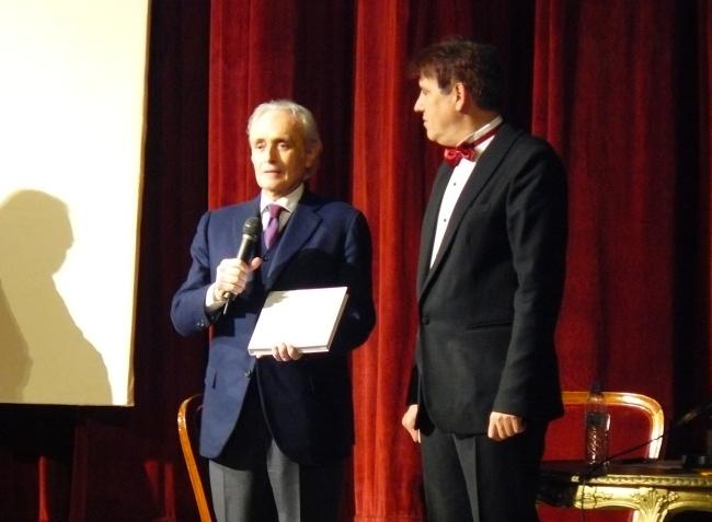 <!--:bg-->Хосе Карерас си тръгна с екземпляр № 1 от книга за Гена Димитрова<!--:-->
