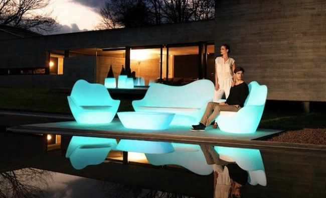 Светещи мебели за градината