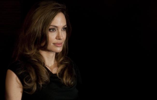 <!--:bg-->Анджелина ще играе майка си в биографичен филм<!--:-->