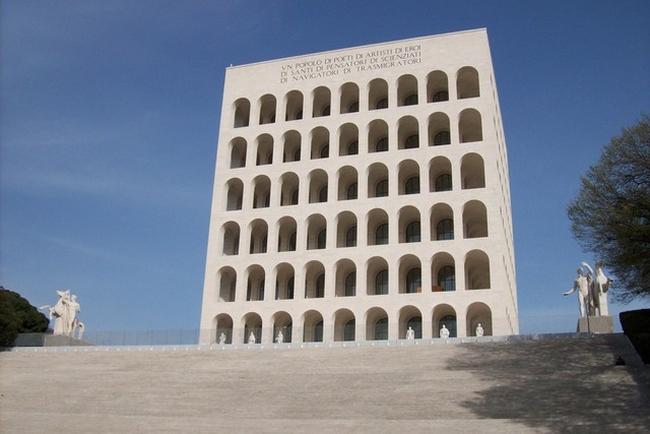<!--:bg-->Fendi си подарява квадратния Колизеум за 90-тия рожден ден<!--:-->