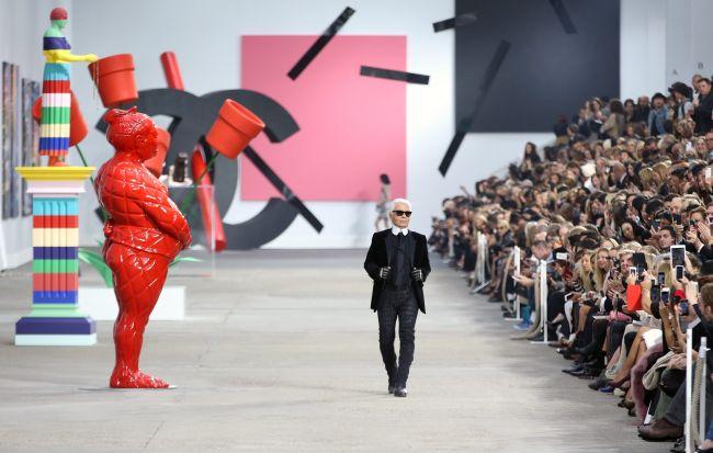 <!--:bg-->Лагерфелд показа по-цветен Chanel на фона на Коко<!--:-->