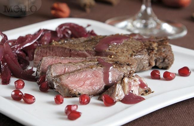 Празнична трапеза: Телешко филе с червен сос и карамелизиран лук