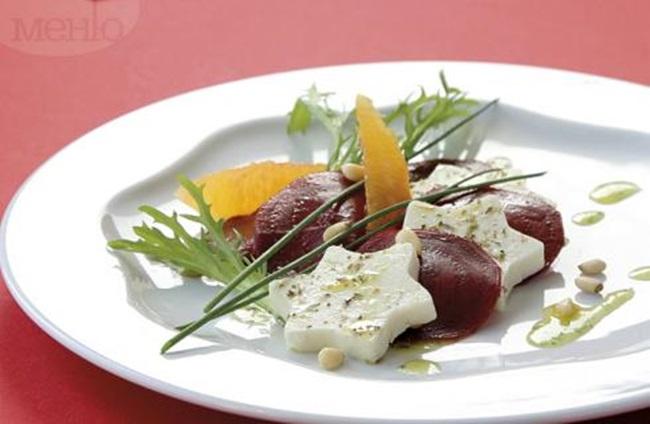 Салата от червено цвекло и сирене с чесново-портокалов сос