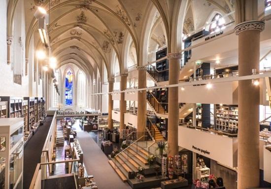 Между редовете на метаморфозата: църквата, превърнала се в книжарница