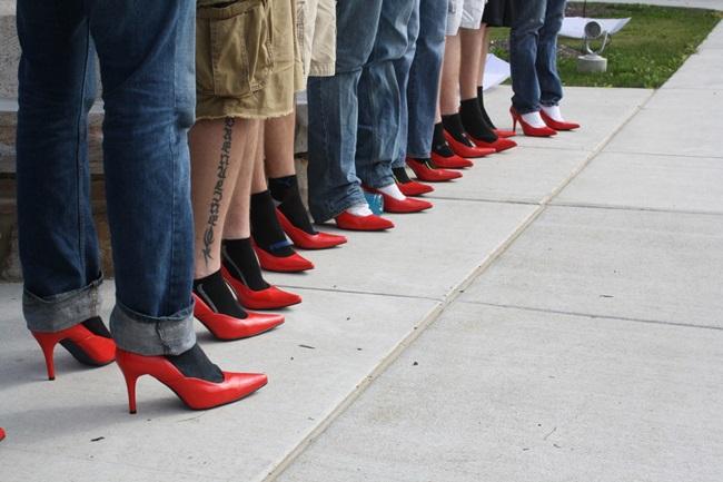 """<!--:bg-->Мъже с токчета: """"Извърви километър в нейните обувки""""<!--:-->"""