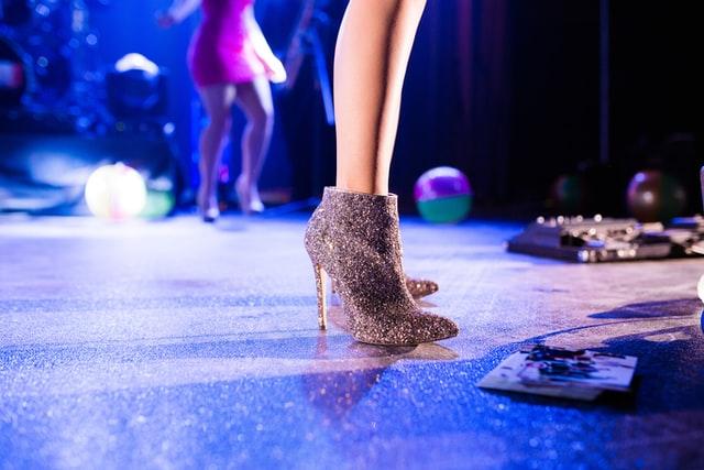Панаирът на суетата се разхожда с чифт високи обувки и една фалшива чанта