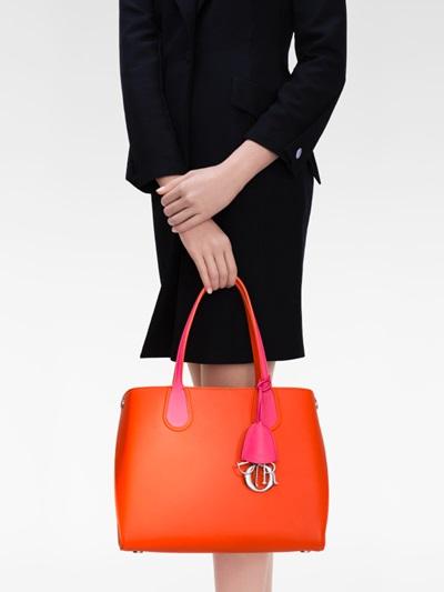 Inside Trend: неоновата шопинг чанта на Dior