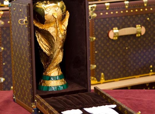 Ако се чудите в какво пренасят купата за Световното по футбол…