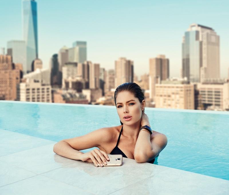<!--:bg-->Дутцен Крус мокра и секси в реклама на Samsung<!--:-->