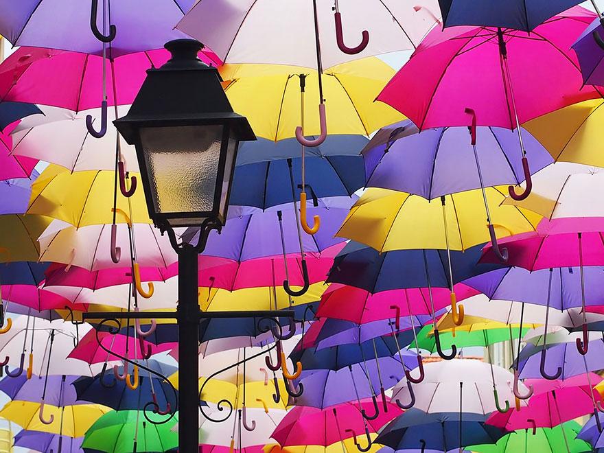 Стотиците цветни чадъри над улиците в Агуеда