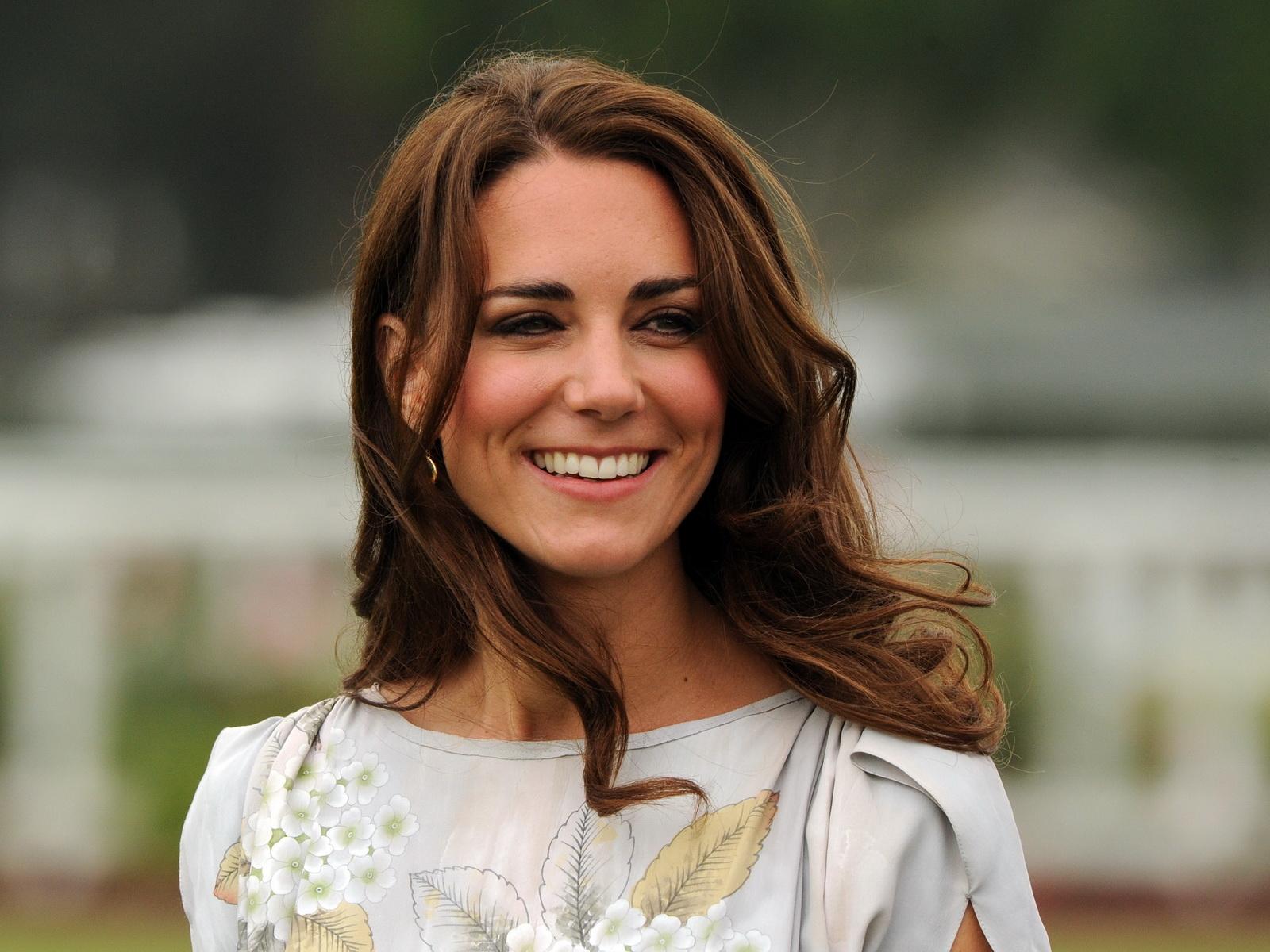 Да бъдеш херцогиня Катрин: 7 аутфита за 7 дни