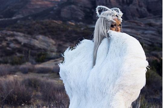 <!--:bg-->По-дръзка от всякога – модният хамелеон Риана във фотосесия за немското списание Tush<!--:-->