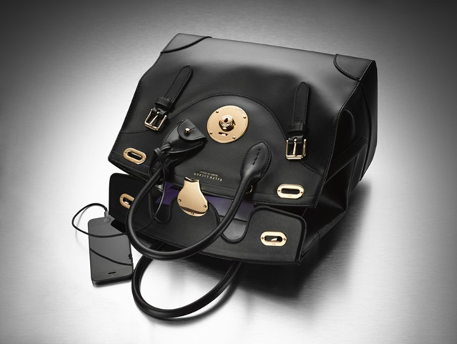 Дамска чанта със зарядно за телефон? Искаме поне две!