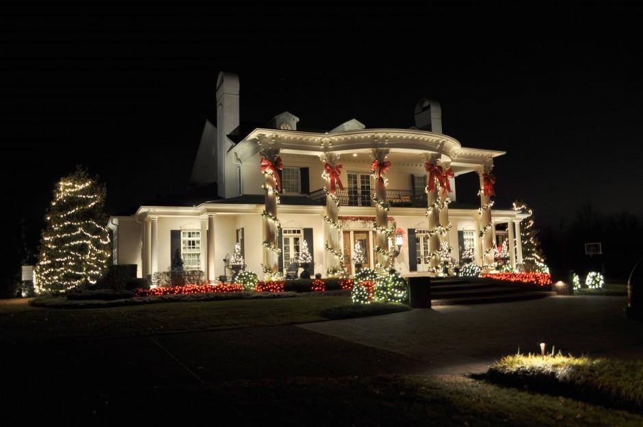 Коледните светлини по фасадата и малки любопитни факти за украсата по празниците