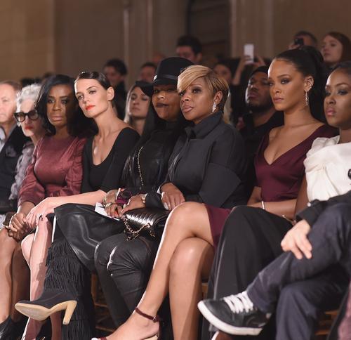 Защо Zac Posen облече Наоми Кембъл така? Кейти Холмс и Риана наблюдаваха ревюто от първия ред