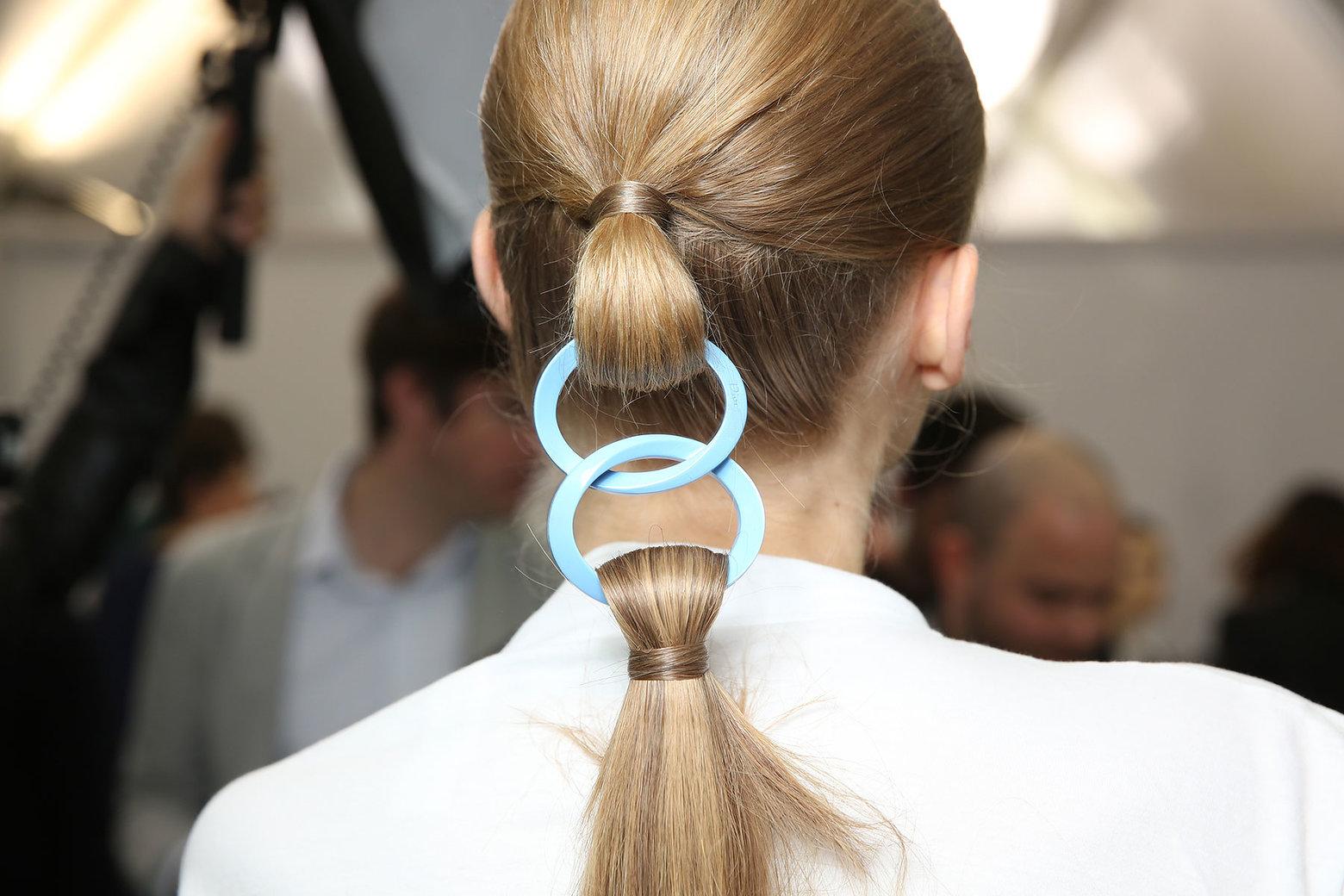Топ 5 в петък: любов и странности върху косите