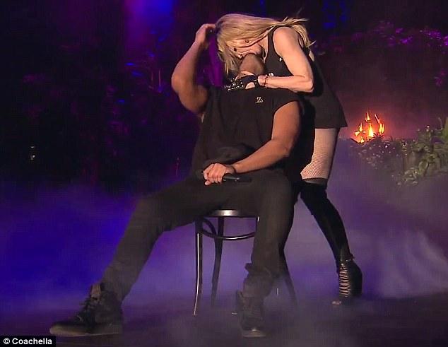 <!--:bg-->Още една скандална целувка на Мадона по време на изпълнение<!--:-->