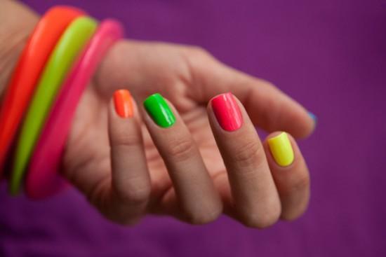 Пясък и неон ще красят ноктите през лятото