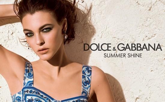 Синьото на морето, червеното на розите и нюанс Dolce&Gabbana