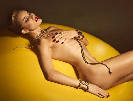 Роузи Хънтингтън-Уайтли в перфектна форма за френското мъжко списание Lui