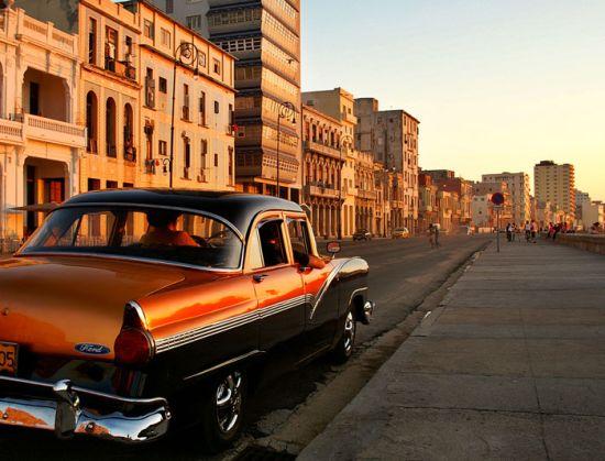 cuba_havana_malecon_street_car