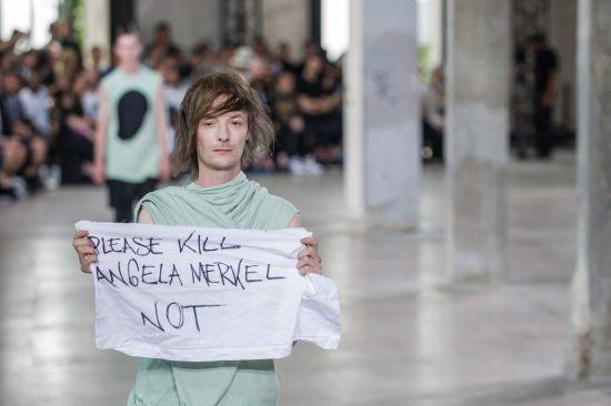 """Модел """"блокира"""" модно шоу в Париж с провокативен протест"""