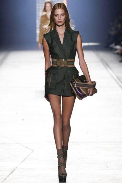 Versace и новата армия момичета в камуфлаж
