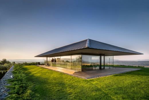 Българска къща с впечатляваща архитектура и пейзажи
