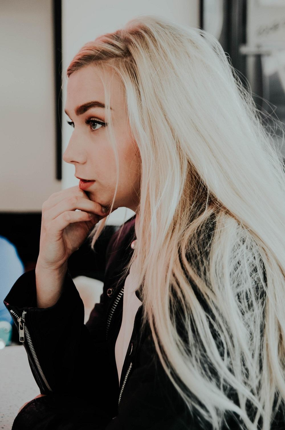 Кога цветът на косата определя този на веждите и защо е важно да ги синхронизираме