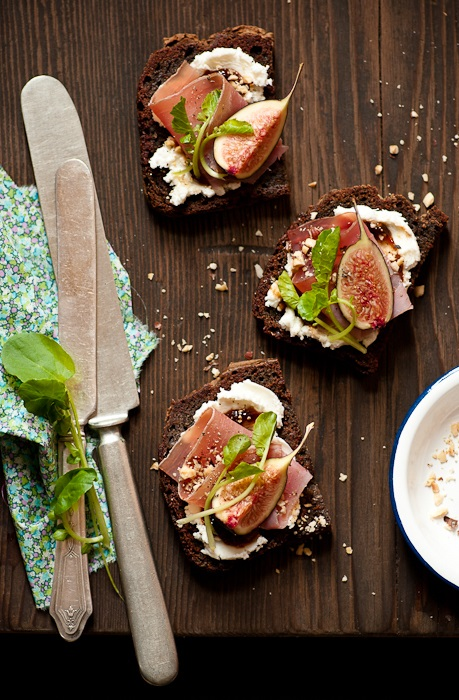 fig-goat-cheese-tartines