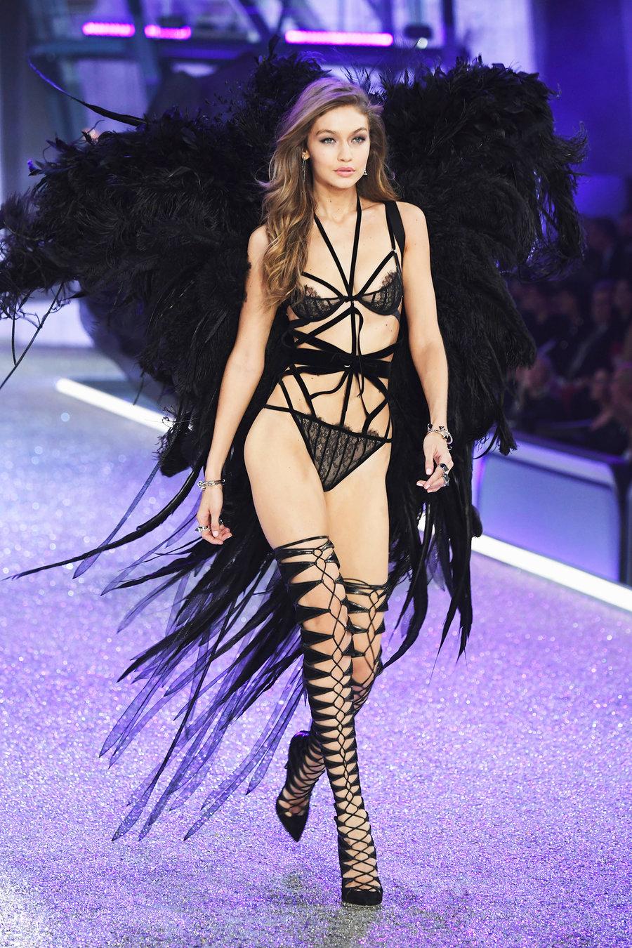 Ангелите на Victoria's Secret превзеха Париж