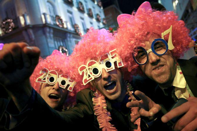 Светът приветства 2017 с фойерверки и полицейско присъствие
