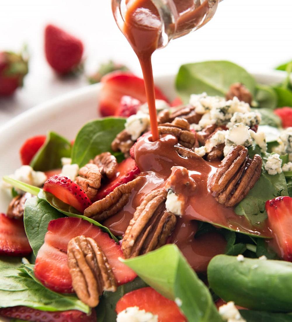 Спаначена салата с ягоди, пекани и козе сирене