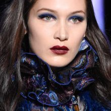 Сини очи и бургундски устни – перфектната комбинация в грима