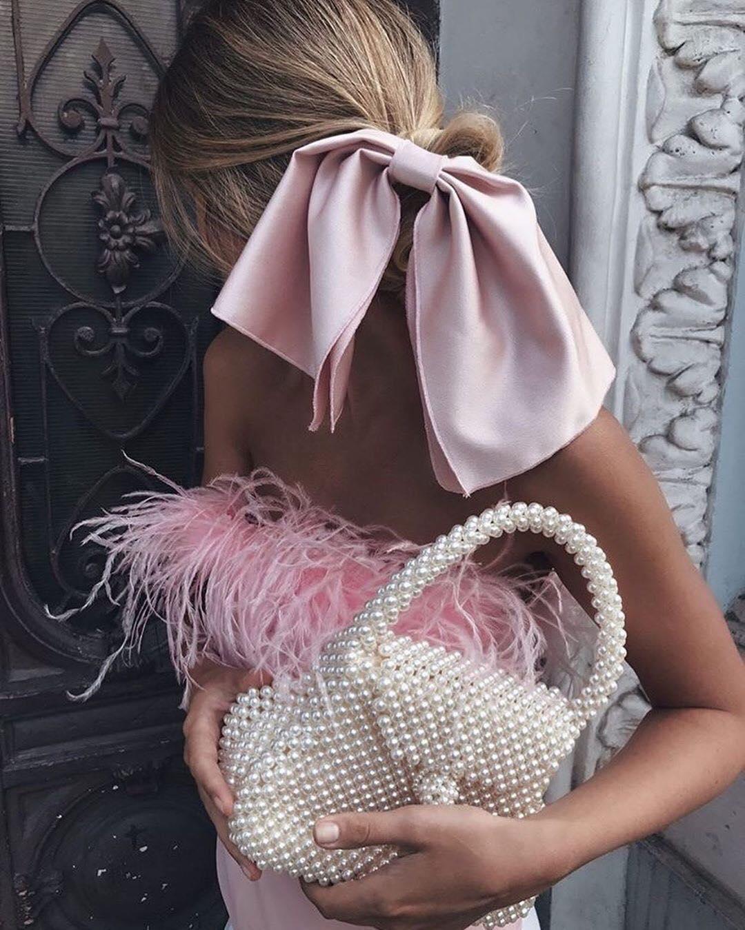 Защо всички полудяха по чантите с перли?