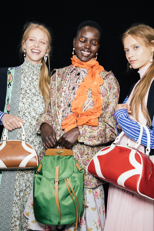Prada с откровени послания за семпла мода в круизната си колекция