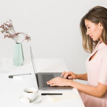Работещо момиче: Какво е делова онлайн дистанция и как да я постигнем?