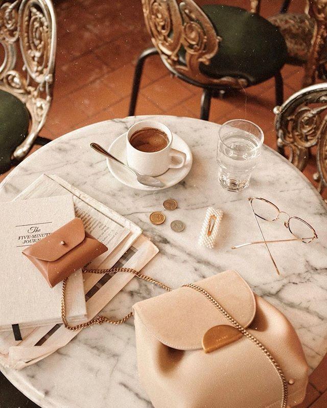 """""""Какво, за Бога, би могло да бъде по-луксозно от диван, книга и чаша кафе?"""""""