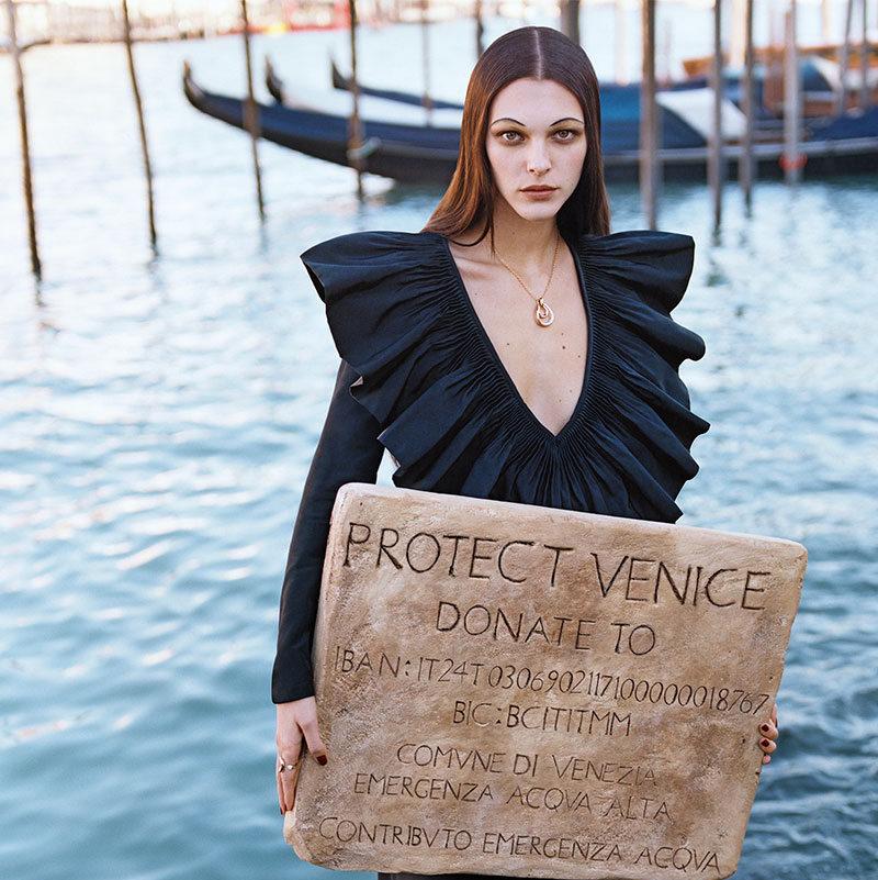 Снимка на деня: Vogue Italia с първа благотворителна корица