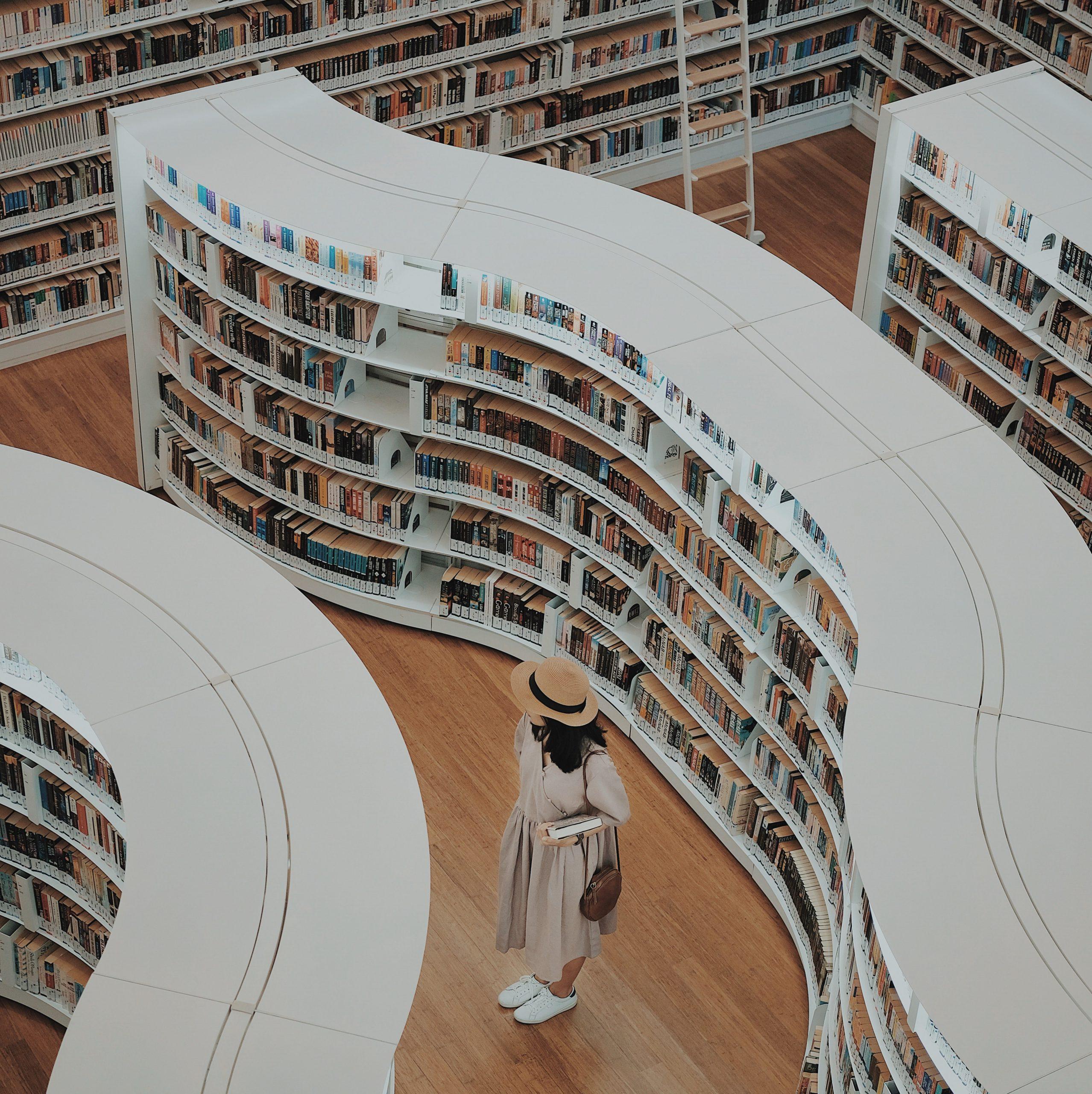 Трансформации със (с)мисъл: 3+1 начина да добавим книги в интериора