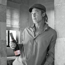 Снимка на деня: Брад Пит и розовото шампанско от Miraval