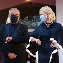 Венеция: Нека бъде фестивал… с маски