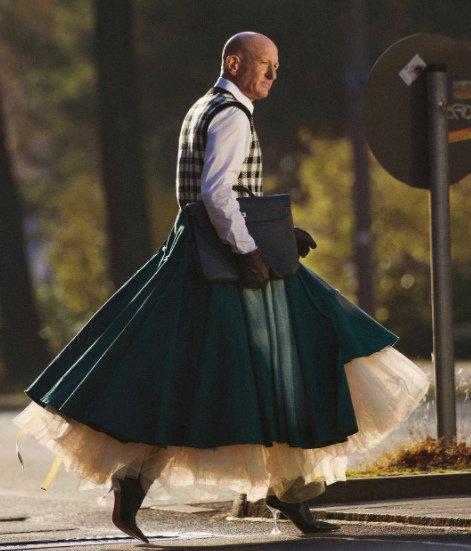 Той е на 61, женен с три деца и обича да носи високи токчета и поли